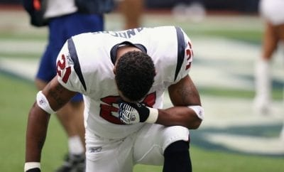 https://images.pexels.com/photos/160577/professional-football-player-nfl-praying-160577.jpeg?dl&fit=crop&w=640&h=426